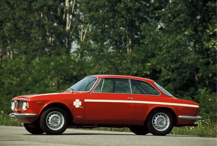 ARHA0349_Giulia-Coupé-1300-GTA-Junior-1968-1975 Storia dell'Alfa Romeo Giulia dalla prima versione del 1963 al 2016, motori, versioni e caratteristiche tecniche