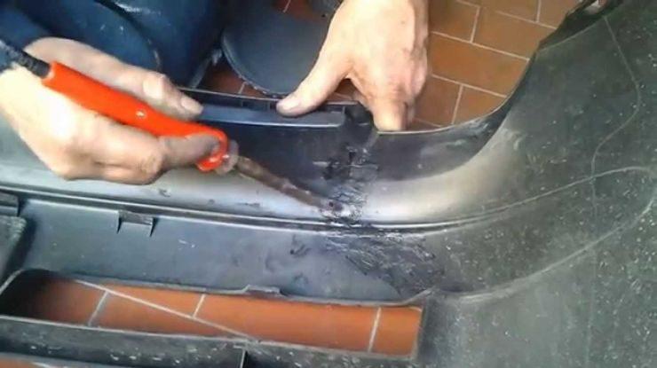 Come si ripara il paraurti posteriore di un'auto?